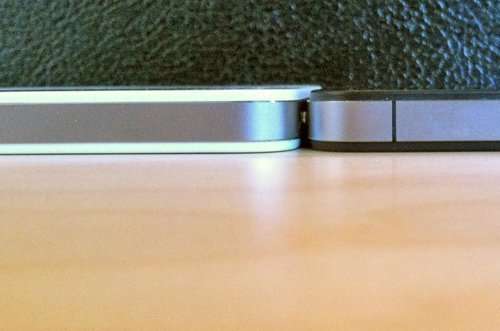 White iPhone 4 is fatter than Black iPhone 4