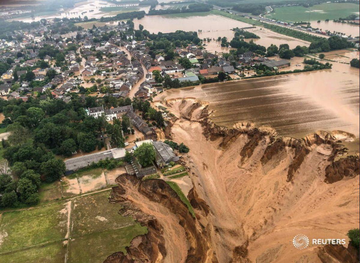 Apple donates for floods